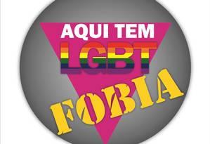 Adesivo 'Aqui tem LGBTfobia' será colado em estabelecimentos onde ocorreram agressões a gays e transgêneros Foto: Divulgação