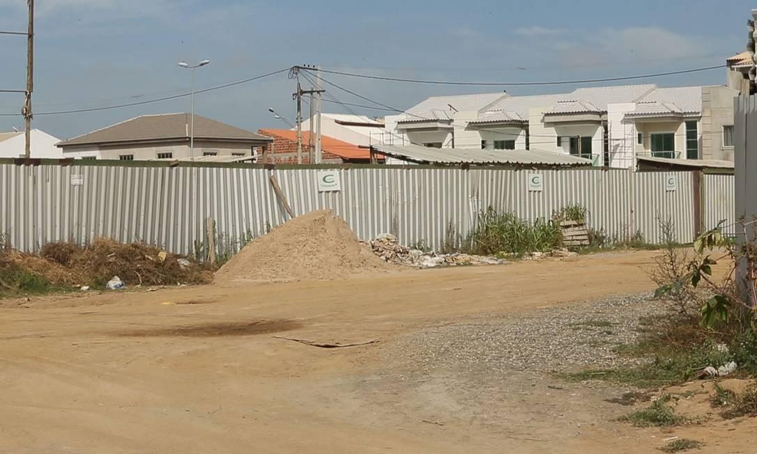 Em Campos, que em 2013 teve 55% de suas receitas oriundas do repasse de royalties, as obras de construção da Vila Olímpica do condomínio Alphaville II estão paralisadas Foto: Antônio Scorza / Agência O Globo