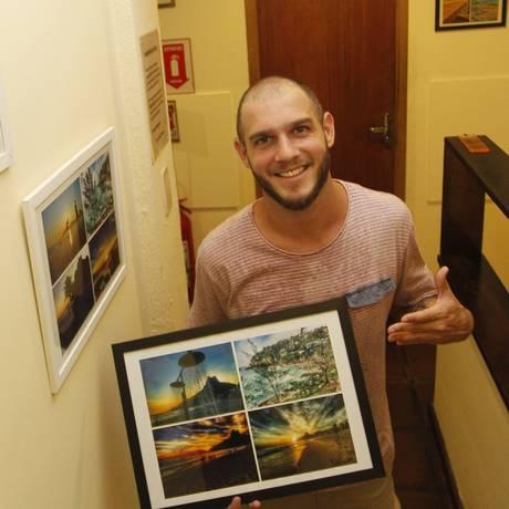 Julio Lopes com quadros que decoram o albergue Terrasse, em Ipanema Foto: Pedro Teixeira / Agência O Globo