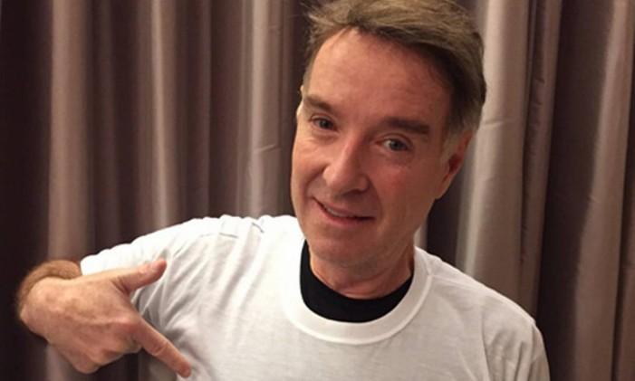 Eike Batista posa para foto com camiseta do site que enaltece suas conquistas empresariais Foto: Reprodução
