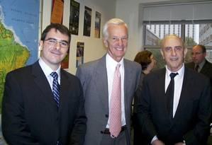 Jorge Paulo Lemann em uma de suas raras fotos, em 2009, entre os professores Werner Baer e David Fleischer durante a inauguração do Instituto Lemann para estudantes brasileiros em Illinois Foto: Agência O Globo