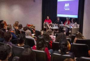 Debate. Flávia Oliveira, Hildete Pereira, Maria Fernanda Delmas e Thereza Lobo discutem papel da mulher na sociedade Foto: ANTONIO SCORZA / Agência O Globo