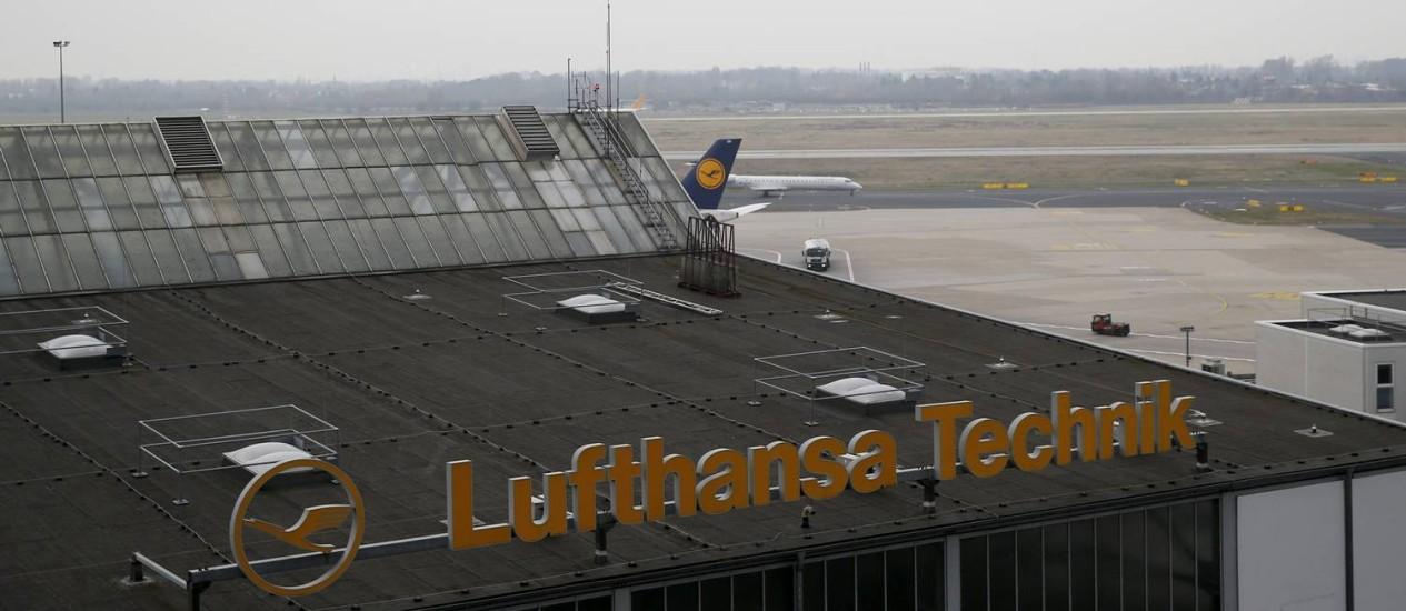 Avião da Germanwings no hangar da Lufthansa no aeroporto de Dusseldorf. De acordo com investigador, gravações da aeronave indicam que um dos pilotos ficou trancado do lado de fora da cabine Foto: WOLFGANG RATTAY / REUTERS