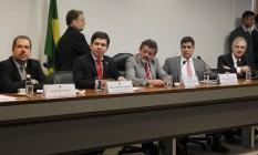 O senador Randolfe Rodrigues (PSOL-AP), ao lado do senador Paulo Rocha (PT-PA) presidente da CPI, e do senador Ricardo Ferraço (PMDB-ES) relator, durante depoimento dos jornalistas Chico Otávio, de O Globo, e Fernando Rodrigues, do portal UOL, na CPI do HSBC Foto: Givaldo Barbosa / O Globo