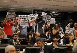 Manifestantes contra a imputabilidade penal do menor, no plenário da Comissão de Constituição e Justiça (CCJ) da Câmara, durante debate sobre a PEC 171/93. Foto: Givaldo Barbosa / O Globo