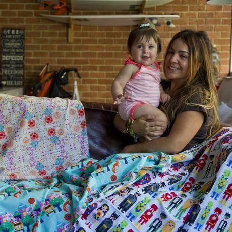 Priscilla Saboia, a mente por trás do Milk Studio, e a filha Mel, de 10 meses Foto: Guilherme Leporace / Agência O Globo