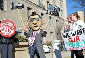 Ativistas se manifestam contra programa de vigilância em massa conduzido pelos EUA Foto: NICHOLAS KAMM / AFP