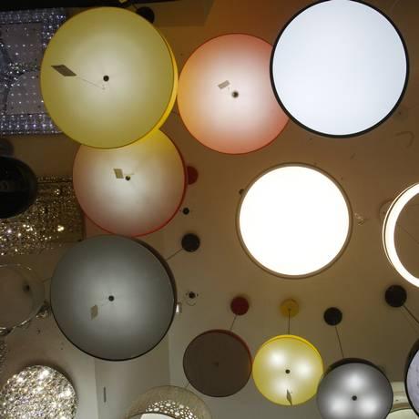 Variedade de opções entre lâmpadas e luminárias LED seduz profissionais de decoração na Rua dos Lustres Foto: Agência O Globo / Luiz Ackermann