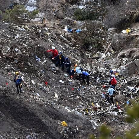 Destroços da aeronave ficaram em frangalhos após colisão Foto: ANNE-CHRISTINE POUJOULAT / AFP