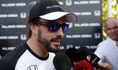 Alonso dá entrevista depois de participar dos treinos livres na Malásia Foto: Olivia Harris / REUTERS