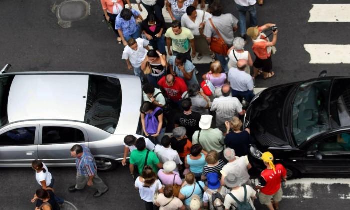 Pedestres atravessam a Avenida Rio Branco, no Rio Foto: Márcia Foletto / Agência O Globo
