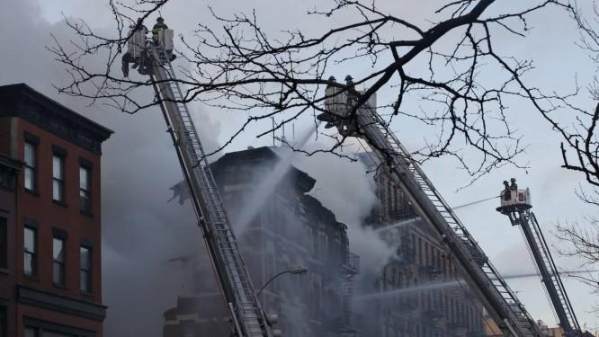 Vários prédios acabaram atingidos em East Village Foto: MIKE SEGAR / REUTERS