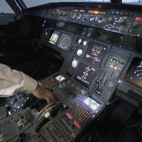 Cabine de controle de um simulador de modelo Airbus A320. Autoridades afirmam que o piloto do voo 9525 da Germanwings tinha licença médica para o dia do desastre Foto: Srdzjan Zivulovic / Reuters