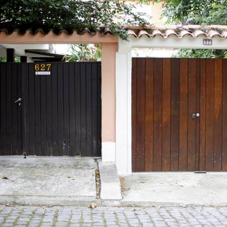 Quase 600 números separam os vizinhos em Itacoatiara; uma casa usa o lote e a outra o número Foto: Luiz Ackermann / Agência O Globo