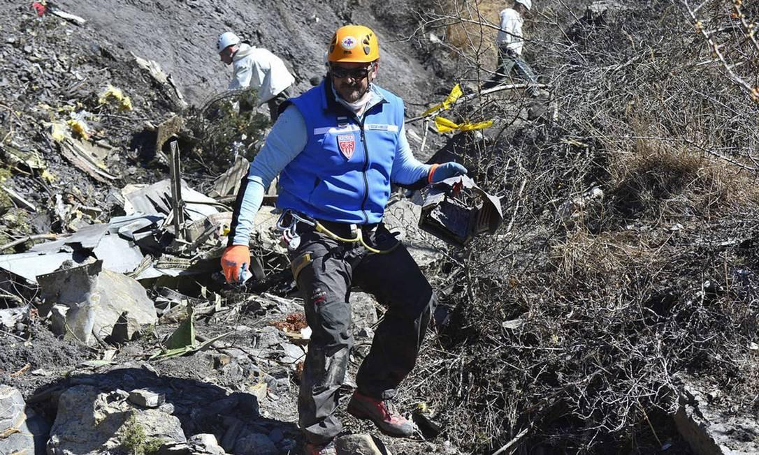 Equipes da polícia retiram escombros do local do desastre Foto: French Interior Ministry/DICOM/F. Pellier/Handout / REUTERS