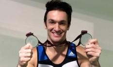 Diego Hypolito exibe suas duas medalhas de prata conquistadas na Copa do Mundo de ginástica Foto: Reprodução