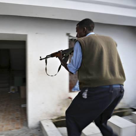 Policiais invadem canto do hotel em Mogadíscio Foto: FEISAL OMAR / REUTERS