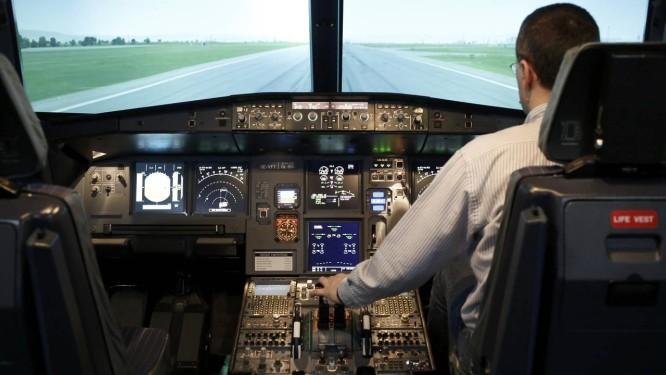 Simulador de voo reproduz o Airbus A320: especialistas questionam decisão de deixar piloto sozinho em cabine Foto: LEONHARD FOEGER / REUTERS