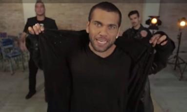 Daniel Alves no videoclipe que gravou para uma campanha beneficente Foto: Reprodução