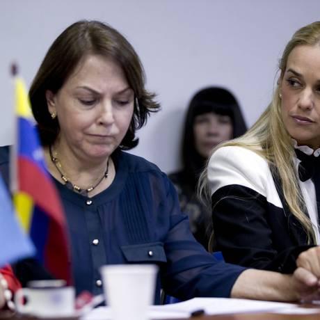 Mitzy Ledezma (esquerda) e Lilian Tintori durante encontro no Congresso Argentino. Dupla irá condenar ações de Maduro na Cúpula das Américas Foto: Natacha Pisarenko / AP