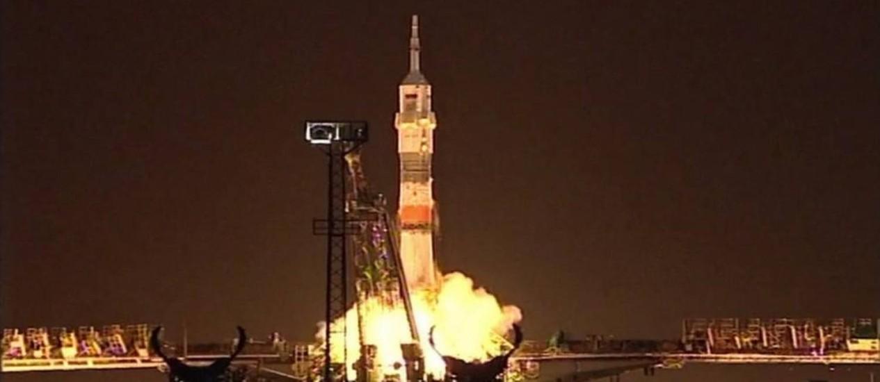 Imagem divulgada pelo Twitter da Nasa mostra o lançamento do foguete Soyuz de base no Cazaquistão: astronauta americano e cosmonauta russo vão passar quase um ano no espaço para testar limites da capacidade do ser humano para viver em ambientes de pouca gravidade Foto: Reprodução