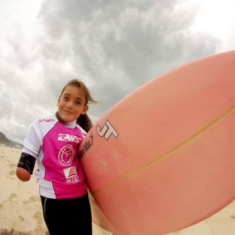 Com 9 anos de idade e um de prática de surfe, ela se prepara para seu terceiro campeonato do esporte Foto: Marcelo Piu / Agência O Globo