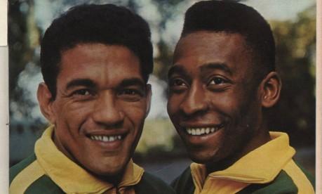 Arte. O abraço mais famoso do futebol brasileiro: Garrincha e Pelé. Mesmo sem o Rei do Futebol, Brasil foi bicampeão na Copa do Chile, em 62, comandado pelo genial ponta-direita Foto: Arquivo