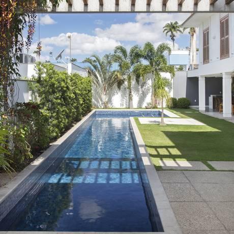 Os irmãos Babi e Tomáz Teixeira desenvolveram a piscina ao lado para um cliente que gosta de se exercitar em casa Foto: Divulgação/MCA Estúdio