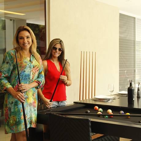 Mesa de sinuca se transforma em mesa de jantar em projeto das arquitetas Claudia Pimenta (à esq.) e Patricia Franco para a casa de Fernanda Guedes (à dir.) Foto: Guilherme Leporace