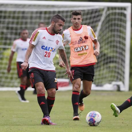 Canteros e Wallace (à frente) disputam a bola no treino do Flamengo. Os dois voltam ao time neste sábado, contra o Bonsucesso Foto: Marcos Tristão