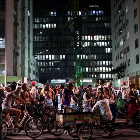 Cerca de 350 ciclistas, segundo a PM, protestam na Avenida Paulista Foto: Fernando Donasci / Agência O Globo