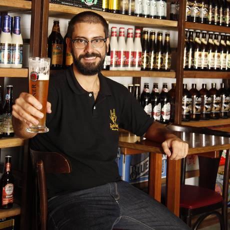 Gil Abbade faz um brinde no Armazém São Jorge, em Icaraí: ele estuda e prova cervejas todos os dias Foto: Agência O Globo / Eduardo Naddar