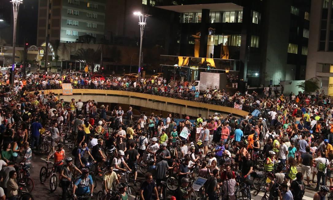 Ciclistas fizeram manifestação na noite desta sexta-feira, na Avenida Paulista, em protesto à decisão da Justiça que barrava ciclovias na cidade Foto: Fernando Donasci / Agência O Globo