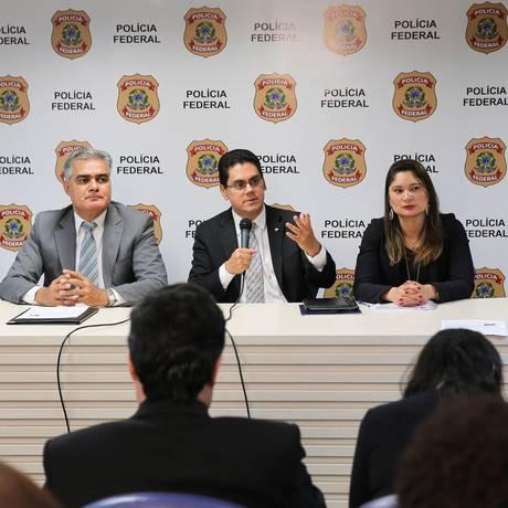 Representantes da Polícia Federal e da Receita apresentam resultados da investigação, na quinta-feira Foto: Agência O Globo