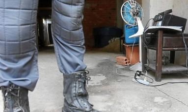 Garagem de um morador é usada como base para Policiais da UPP Canitar Foto: Fabiano Rocha / Extra / Globo