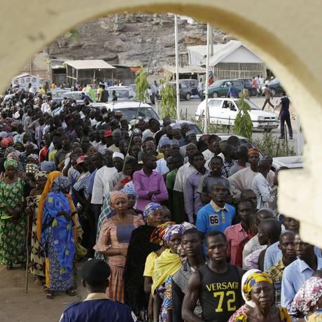 Nigerianos esperam para votar em Yola: segurança foi a questão principal durante as eleições Foto: Sunday Alamba / AP
