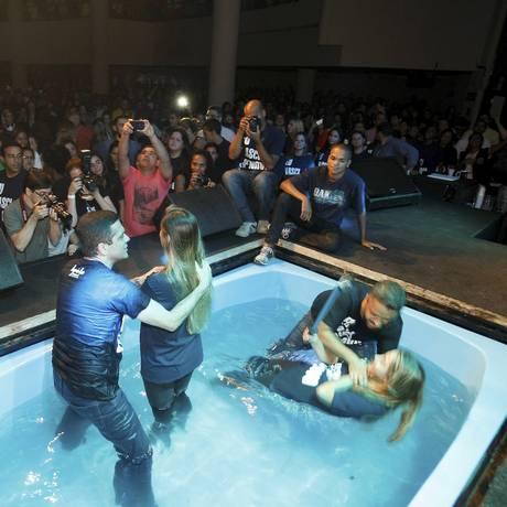 Duas jovens são batizadas na igreja Lagoinha Foto: Luiz Ackermann / Agência O Globo
