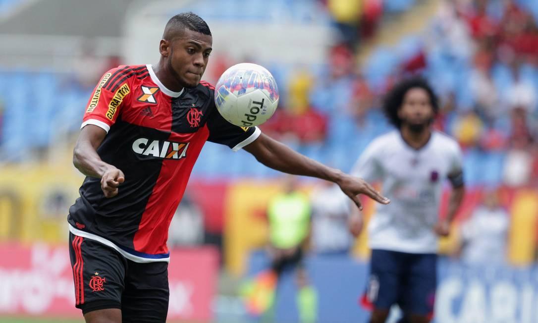 Marcelo Cirino domina a bola sem deixar cair após cruzamento da esquerda e prepara o arremate pelo Flamengo Márcio Alves / Agência O Globo