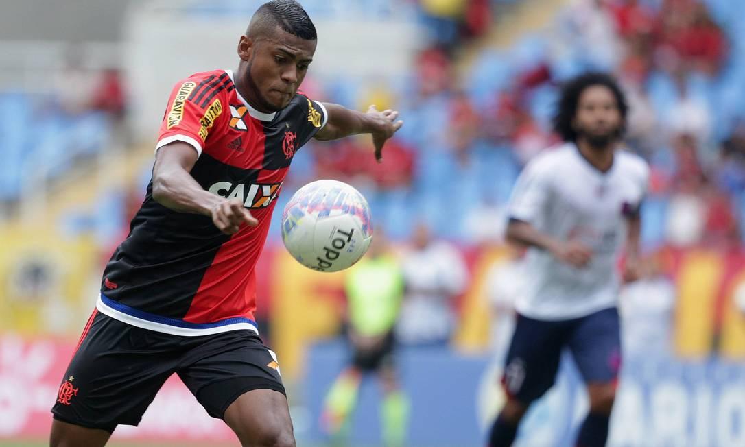 Enquanto a bola desce, Cirino se ajeita para bater com a perna direita dentro da área Márcio Alves / Agência O Globo