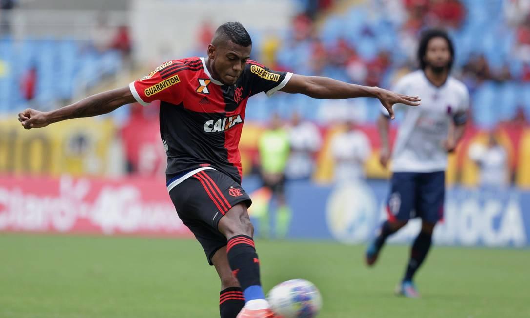 O atacante rubro-negro bate com estilo para fazer Flamengo 1 a 0 no Bonsucesso: 9º gol de Marcelo Cirino no Carioca Márcio Alves / Agência O Globo