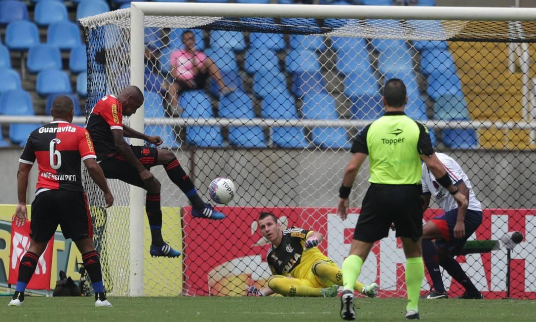Após boa defesa de Paulo Victor, salvando o Flamengo, o zagueiro Marcelo afasta o perigo da área e evita gol do Bonsucesso Márcio Alves / Agência O Globo