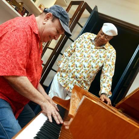 Donato (ao piano) garante eficiência do duo com Chucho Foto: Cristina Granato / Divulgação
