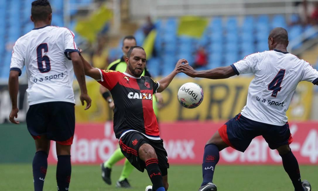 Alecsandro disputa o lance contra a zaga do Bonsucesso: Flamengo fez pouco no ataque no 1º tempo no Engenhão Márcio Alves / Agência O Globo