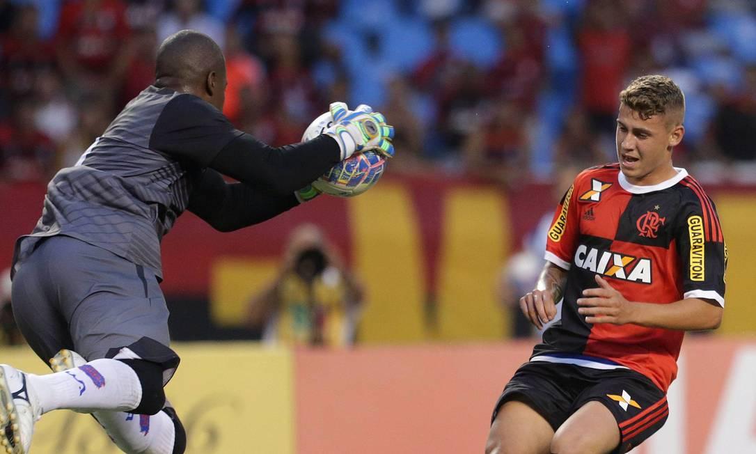 O goleiro Preto, do Bonsucesso, faz a defesa antes da chegada do Matheus Sávio, do Flamengo Márcio Alves / Agência O Globo
