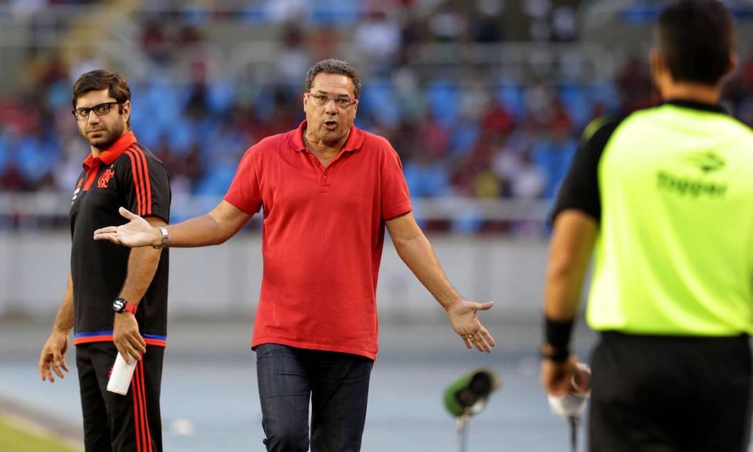 O técnico Vanderlei Luxemburgo reclama com o bandeirinha após um dos lances de Bonsucesso x Flamengo no Engenhão Márcio Alves / Agência O Globo