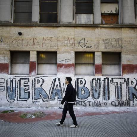 Grafite em Buenos Aires faz referência à disputa entre o governo argentino e os fundos abutres Foto: Victor R. Caivano / AP