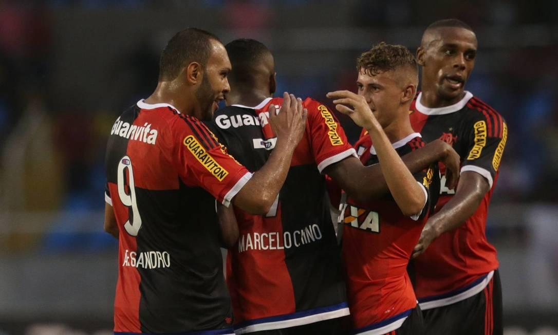 Jogadores do Flamengo festejam o gol de Matheus Sávio (3º da esq. para a dir.), o segundo do time na vitória por 2 a 0 sobre o Bonsucesso no Engenhão Márcio Alves / Agência O Globo