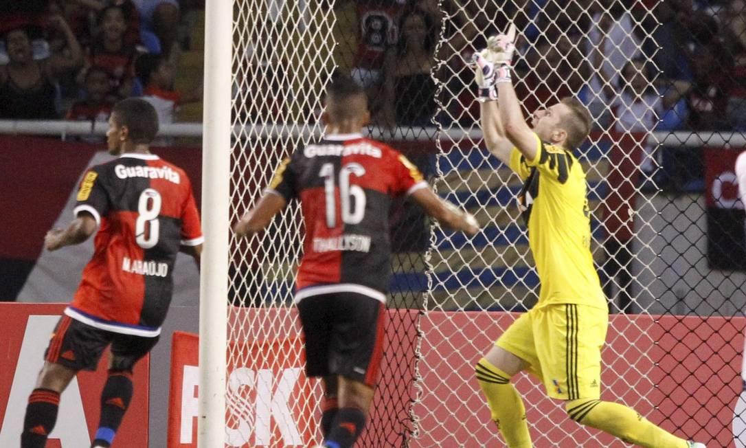 O goleiro do Flamengo, Paulo Victor, comemora a defesa em cobrança de pênalti de Fernando (fora da foto), do Bonsucesso Marcelo Carnaval / Agência O Globo