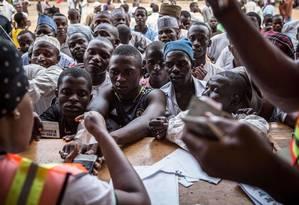 Confusão. Mesária usa leitor biométrico para reconhecer eleitor: sistema não funcionou em várias seções, e votação será estendida até hoje em alguns locais Foto: Nichole Sobecki/AFP