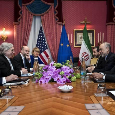 Tempo se esgotando. Negociadores americanos (à esquerda), liderados por John Kerry, e iranianos, chefiados pelo chanceler Javad Zarif, em Lausanne: arcabouço de acordo sobre programa nuclear deve ser fechado até terça-feira Foto: POOL / REUTERS
